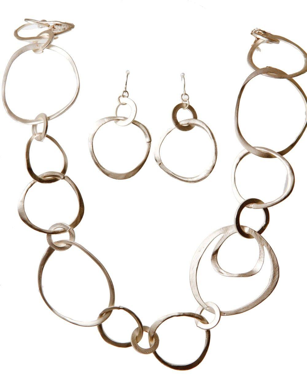 Elegant Matte Silver Circles Necklace — MUSEUM OUTLETS
