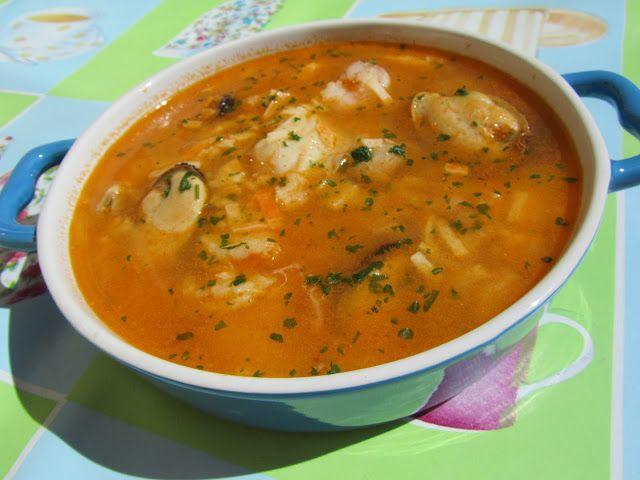 Sopa de pescado rápida y económica con Thermomix -80 gr. cebolla -50 gr. pimiento verde italiano -100 gr. tomate nat. triturado -25 gr. aceite -4 palitos de cangrejo -pimienta -azafrán o colorante alimentario -1 cta. sal -250 gr. pescado blanco en filetes (merluza, bacalao fresco, panga....) -100 gr. gambas peladas -150 gr. almejas -6-8 mejillones -1000. gr. agua -un puñado de fideos finos (Opcional) -perejil picado espolvorear