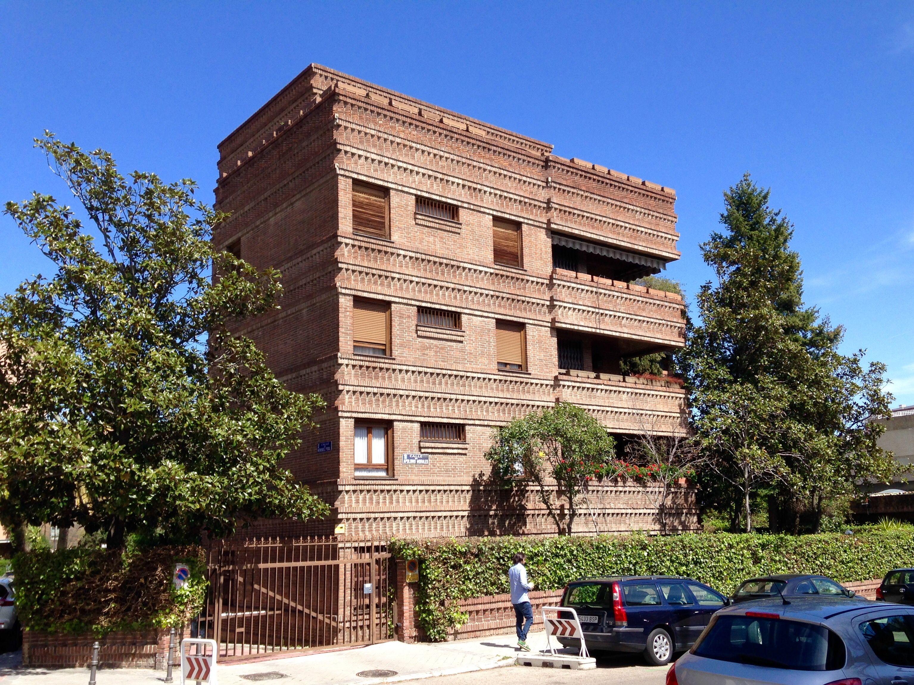 Edificio con fachadas de ladrillo en la Calle de Apolonio Morales ...