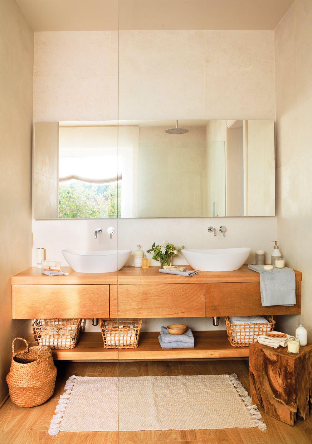 Ba o con mueble bajolavabo de madera espejo y cestas for Muebles con cestas