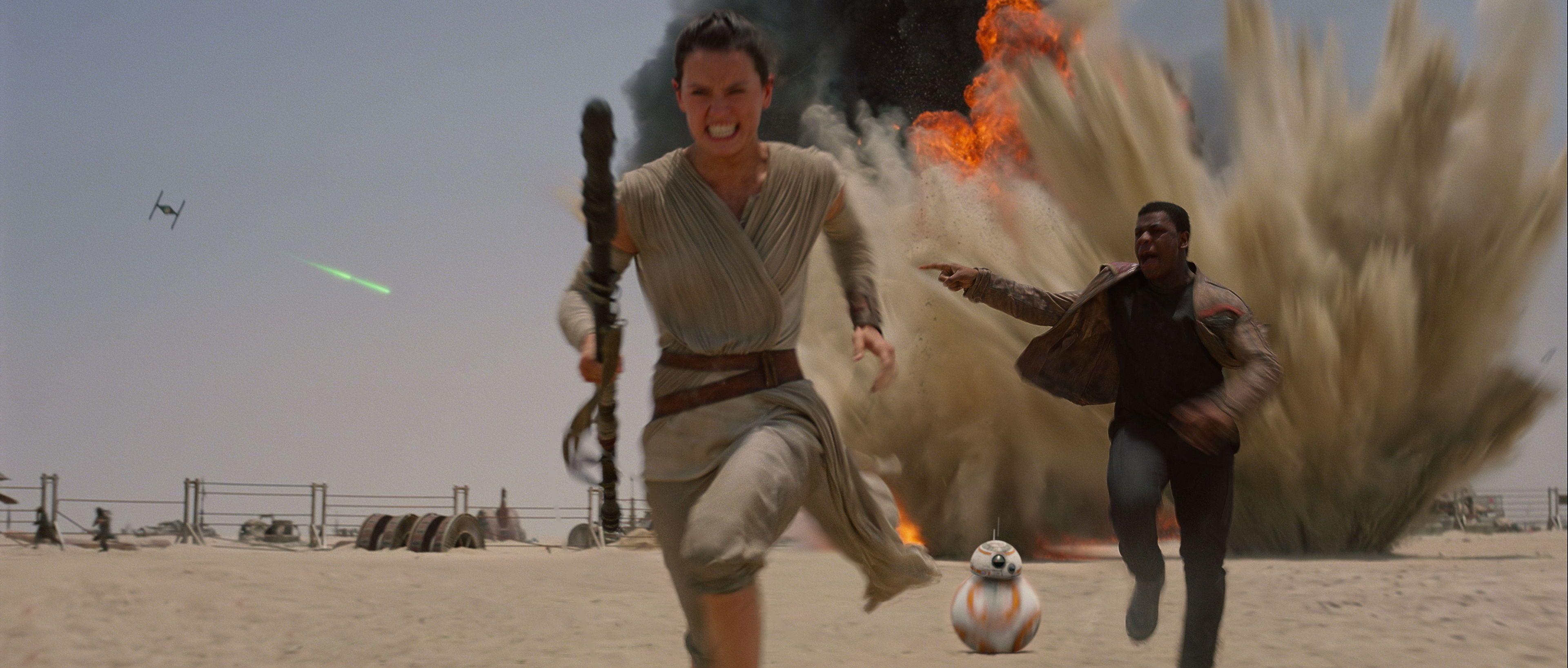 Star Wars The Force Awakens - Rey, Finn and BB-8 run from TIE fighters on Jakku