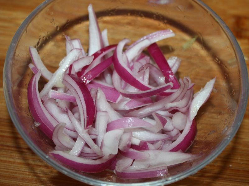 "NATURAL BABY COLD CARE ""The onion trick"" - Slice an onion in"