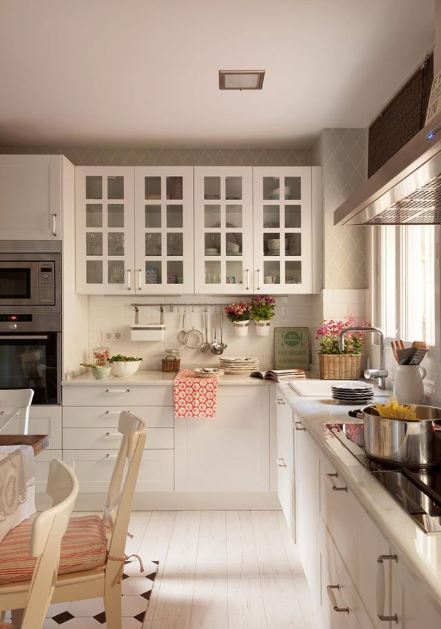 Lovely Kitchen by ROTAECHE&SANTAYANA at Piso Barrio