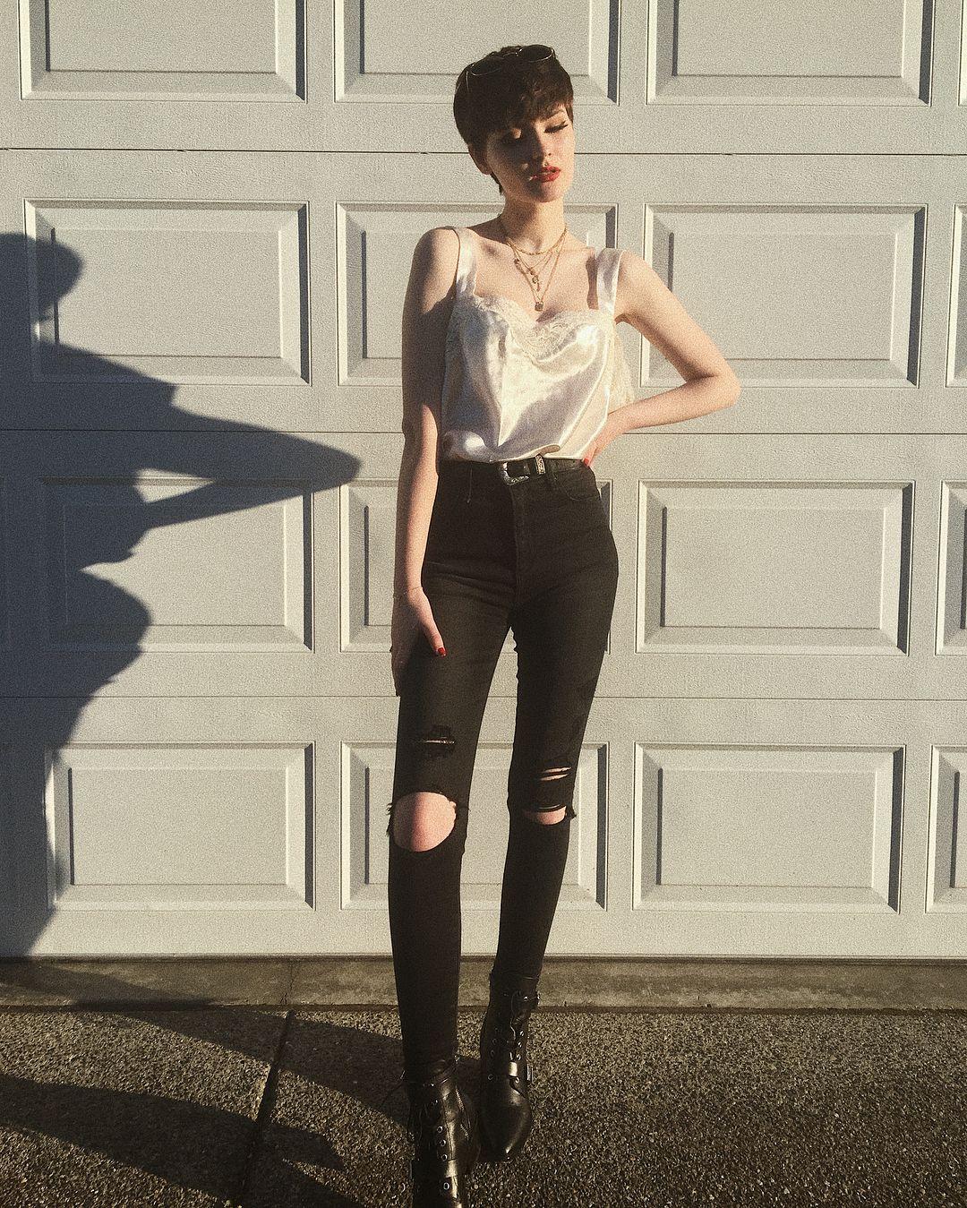 A Imagem Pode Conter Uma Ou Mais Pessoas Pessoas Em Pe Sapatos E Atividades Ao Ar Livre Pixie Outfit Short Hair Outfits Cute Outfits