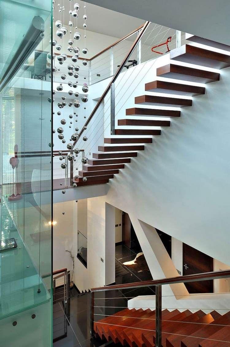 schwebende Treppen aus Holz, gesichert von Handlauf und Geländer aus ...