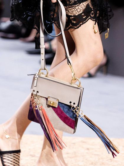 """Komm frans mit mir!Die neue Super-Bag von Chloéheißt """"Jane"""", ist quadratisch, zum Umhängen und hat vier coole Quasten, die in den schönsten Farben leuchten. Oben Glatt- unten Wildleder - überall: genial!"""