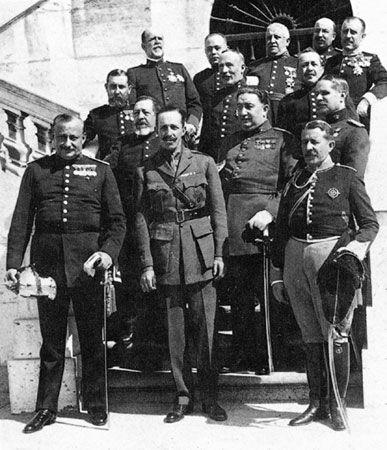 Primo de Rivera con el Rey y otros militares tras su golpe