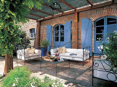 w nde aus dicken natursteinen und fenster mit h lzernen l den provence h user haben einen. Black Bedroom Furniture Sets. Home Design Ideas
