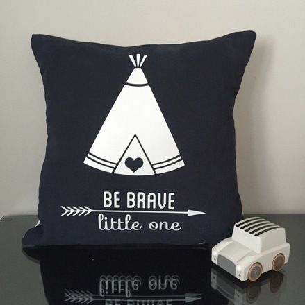 coussin be brave little one cr ation mon petit l on tipi indien fleche indien ma petite. Black Bedroom Furniture Sets. Home Design Ideas