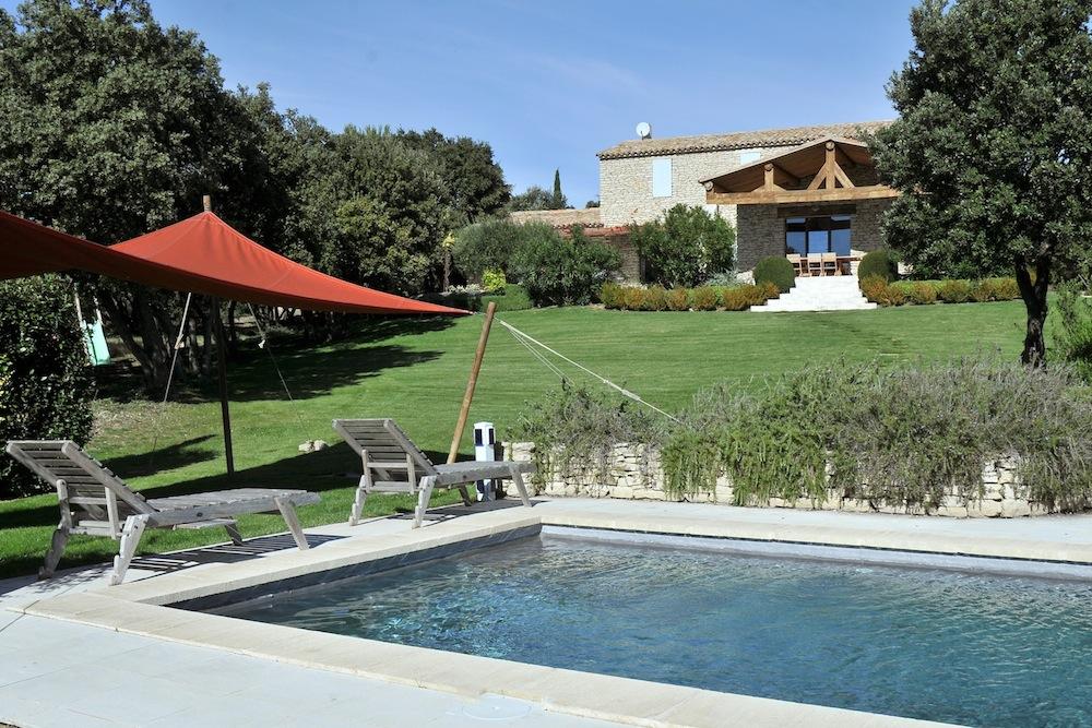Toile de tente pour ombrager un coin près de la piscine