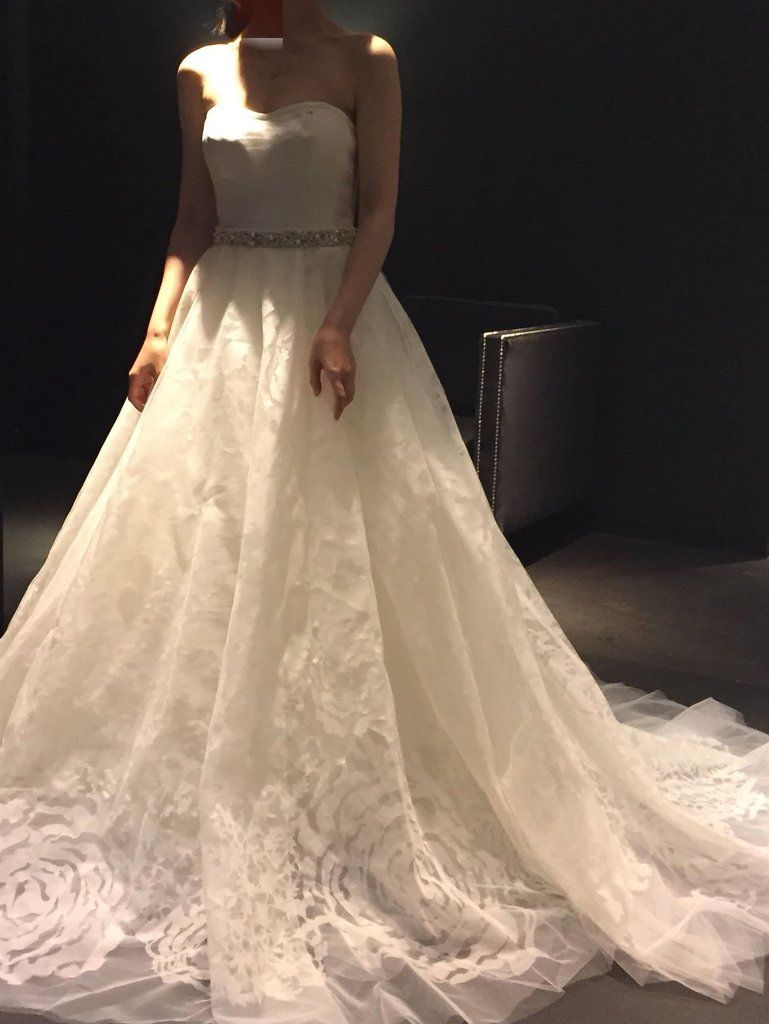 825314be5 Vera Wang '111512' size 0 used wedding dress front view on bride ...