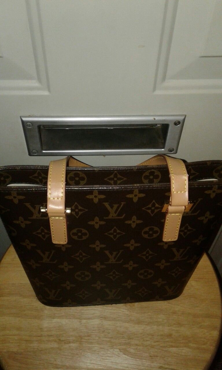 Louis vuitton handbag authentic good condition any questions please ask  thank you 196ae2fac0b51