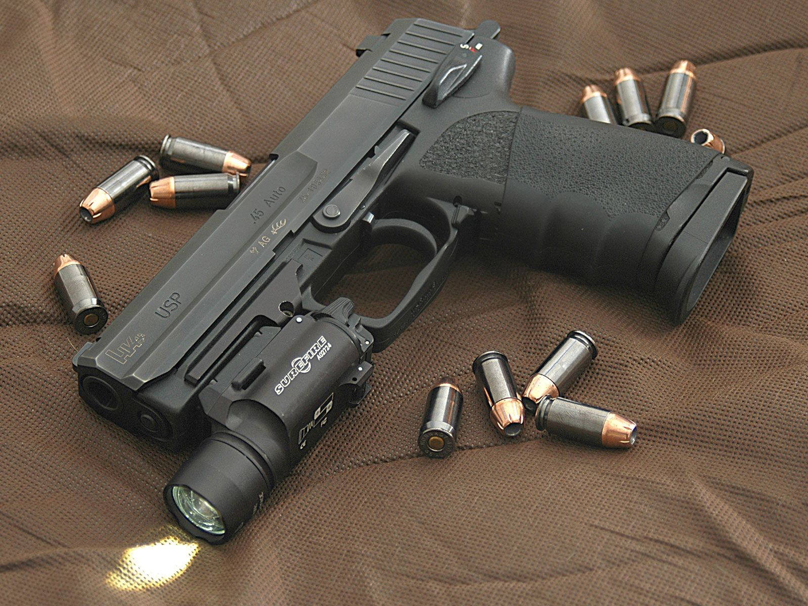pistols guns weapons Heckler and Koch USP .45ACP hollow point tactical light / 1600x1200 Wallpaper