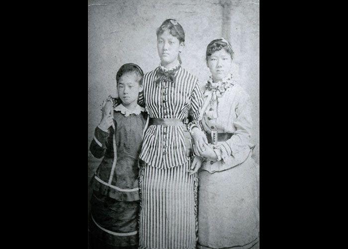 1876年フィラデルフィアで博覧会見学の時の、左から津田梅子、山川捨松 ...