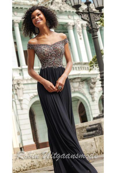 77f8be5e7079ff Off-shoulder avondjurk met kralen lijfje en soepel vallende zwarte rok.  Stijlvolle en elegante