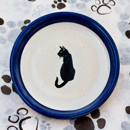 Schwarze Katze posiert gebogene Platte dunkelblau von 4pawspottery