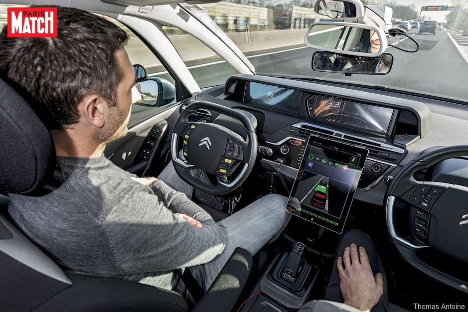 La voiture autonome trace sa route. Paris Match a testé, en avant-première, cette Citroën qui roule toute seule. Bluffant!