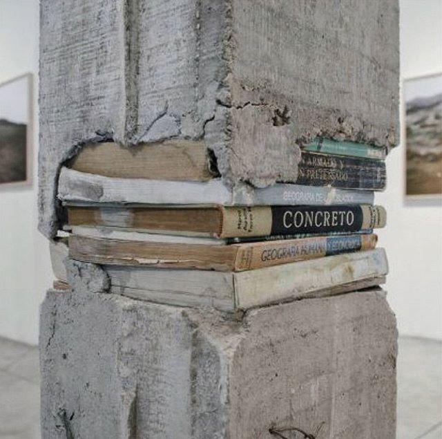 Columna hecha con libros y concreto
