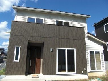 外壁 サイディング 木目 縦木目調のアクセント外壁で 外壁