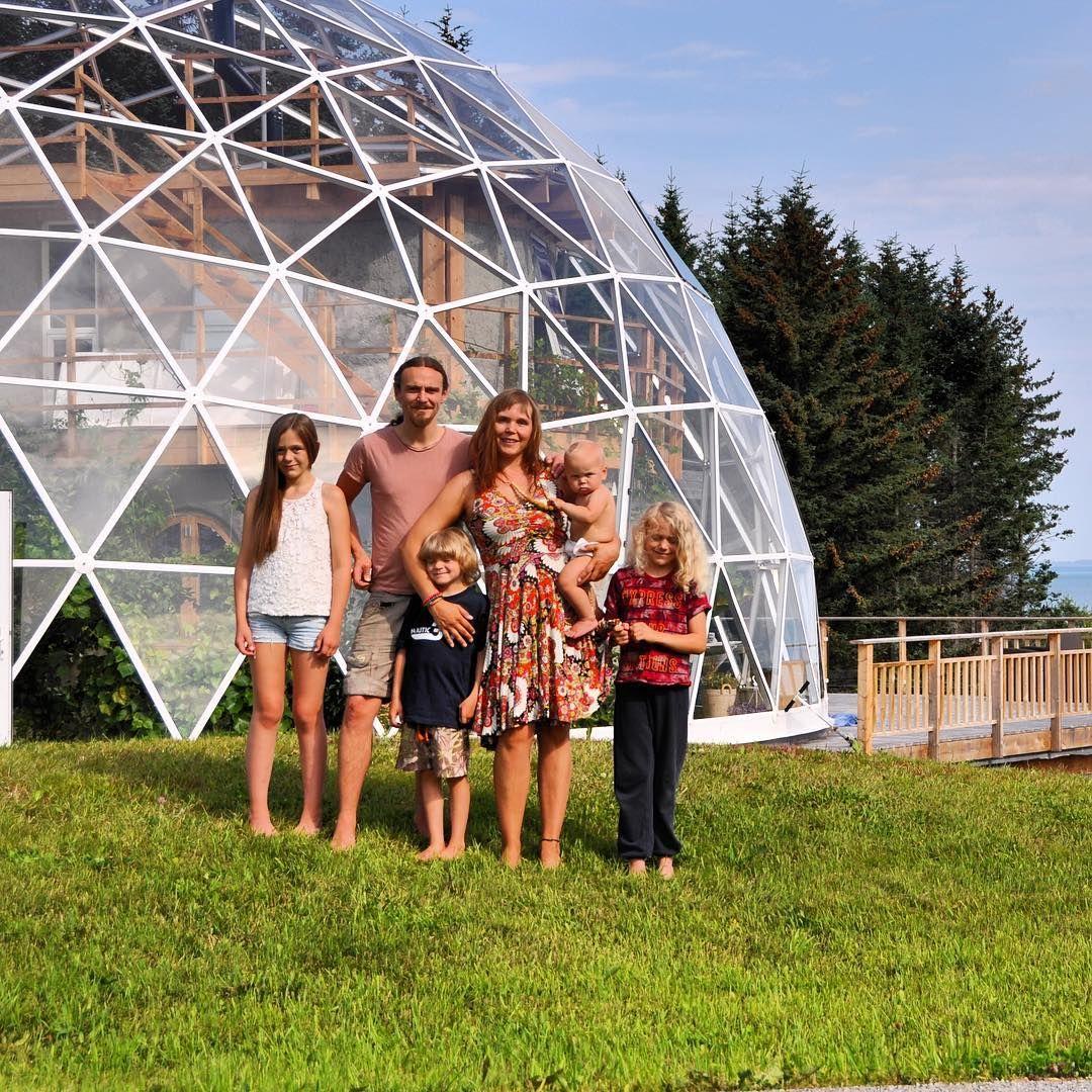 Dans l'Arctique, une famille réalise son rêve : bâtir sa maison autosuffisante sous un dôme