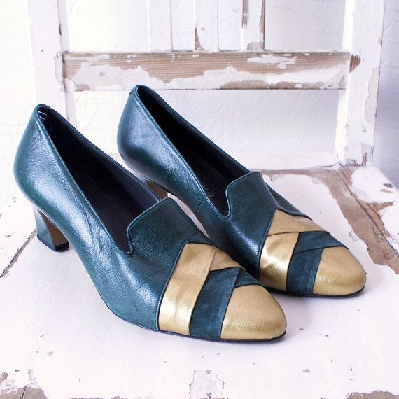 70s shoes. forest green and gold shoes. leather pumps. dark