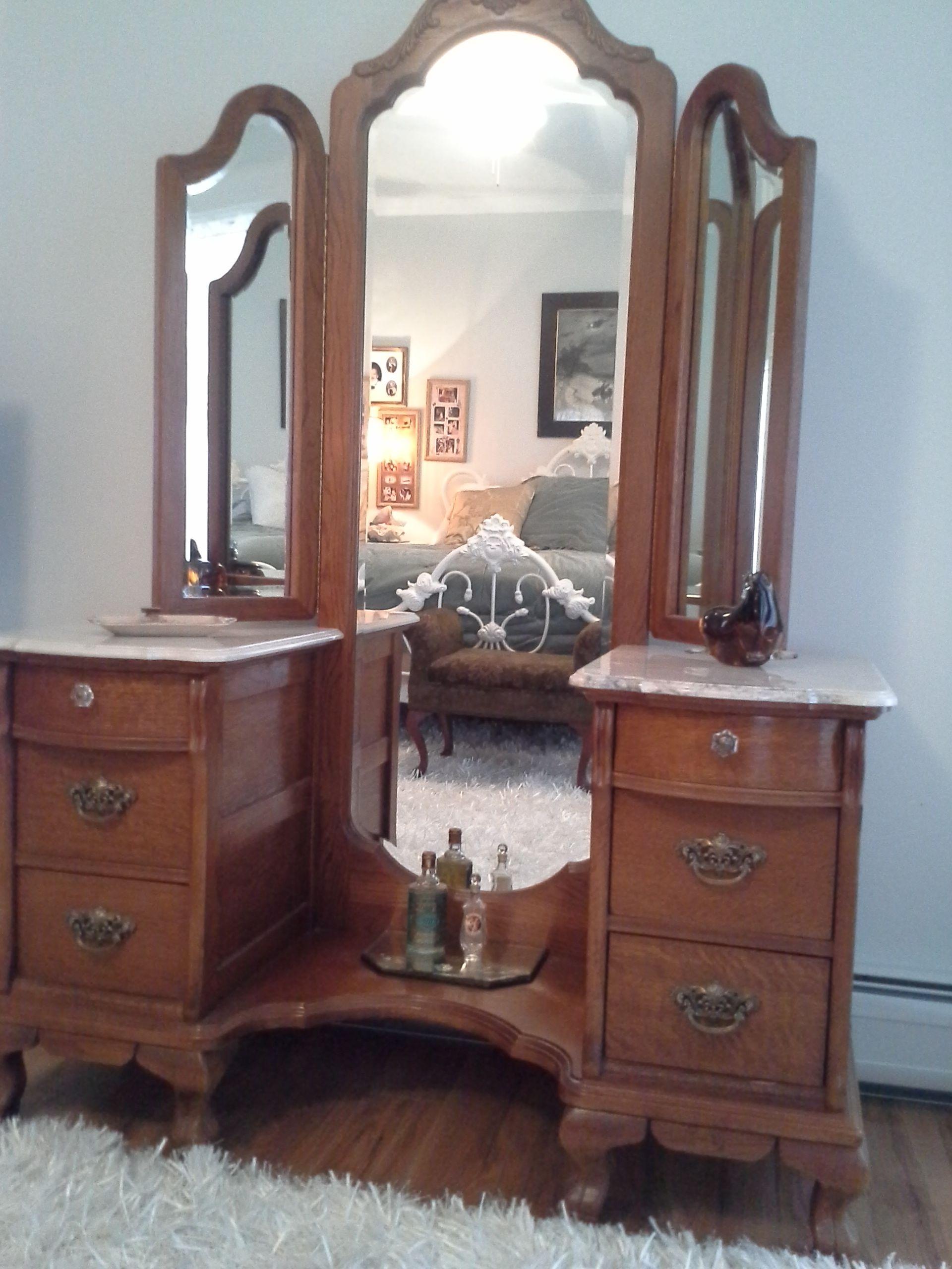 I Have A Queen Lexington Victorian Sampler Bed For Sale In Metro St Louis Area 650 Obo Lexington Furniture Bedroom Furniture Oak Bedroom