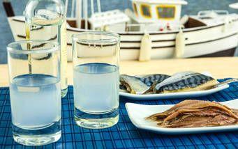 Griechische Getränke und Fisch am Hafen