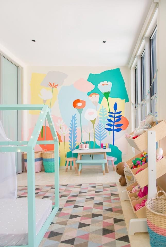 Mural infantil de flores en el cuarto de juegos de - Color habitacion nino ...