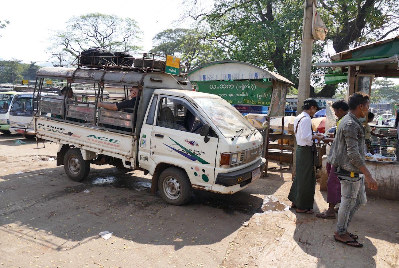 Nach der Achterbahnfahrt im LKW geht es weiter mit dem alten Pickup