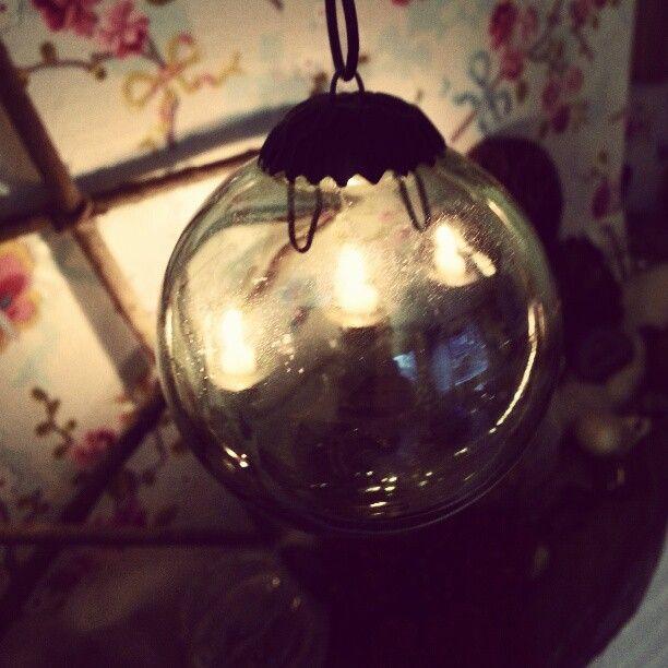 Een heksenbal werkt als een beschermende spiegel. Door het spiegelende oppervlakte zal alles dat jouw huis wil binnendringen worden weerkaatst, verblindt en teruggedrongen.  Heksenballen zijn een heel oud gebruik in folklore. Je ziet ze wel eens op standaarden in een tuin staan of opgehangen voor het raam.