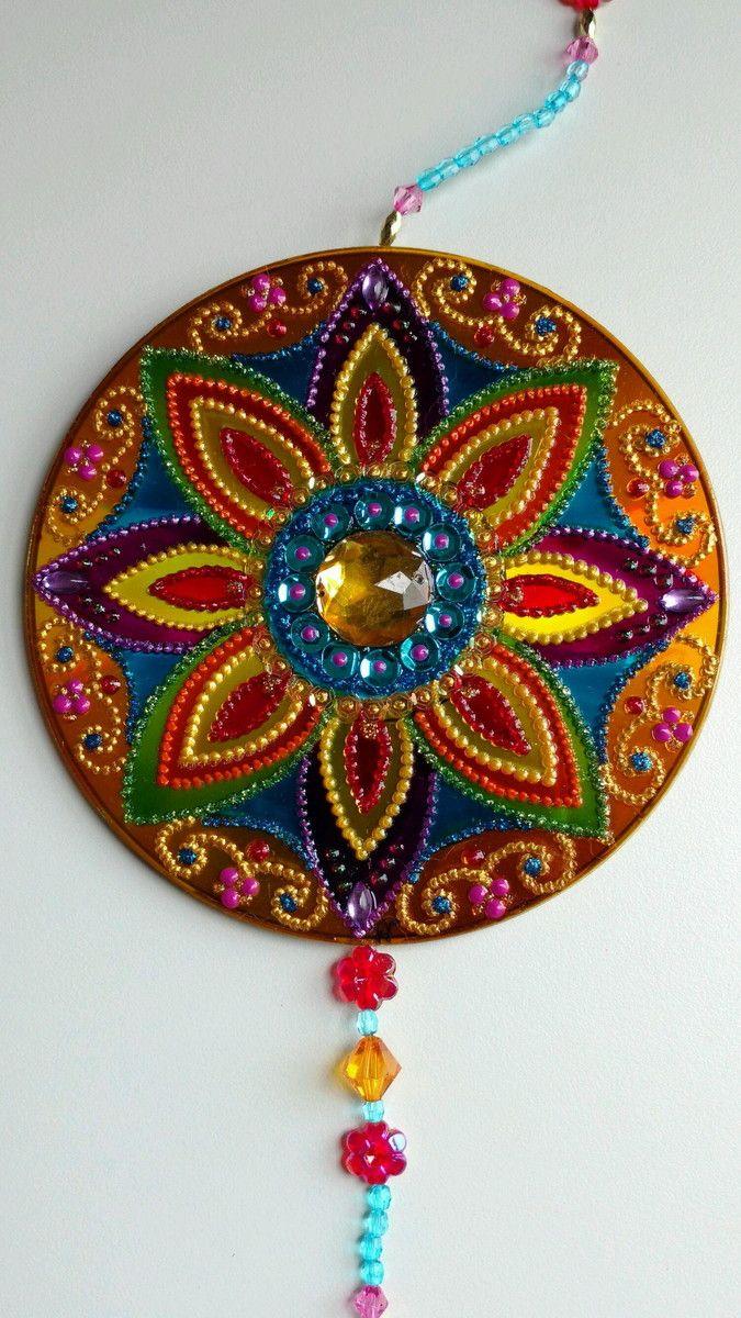Móbile de cd- mandala em verniz vitral, decorada com pedrarias e tinta relevo dos 2 lados.  Pode ser usado em