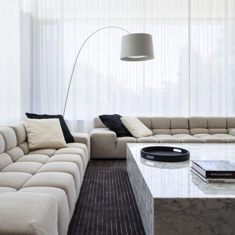 Wohnzimmer Einrichten Grau  Marmor Couchtisch Stehlampe Teppichboden Schwarz Gardinen