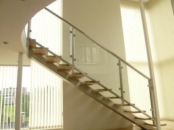 Ideal staircase model, when the staircase is straight and installed in an open space. Massive central stringer which can be painted in any color of your choice highlights the staircase in the interior. This staircase model is used only when the configuration does not include twisted treads.