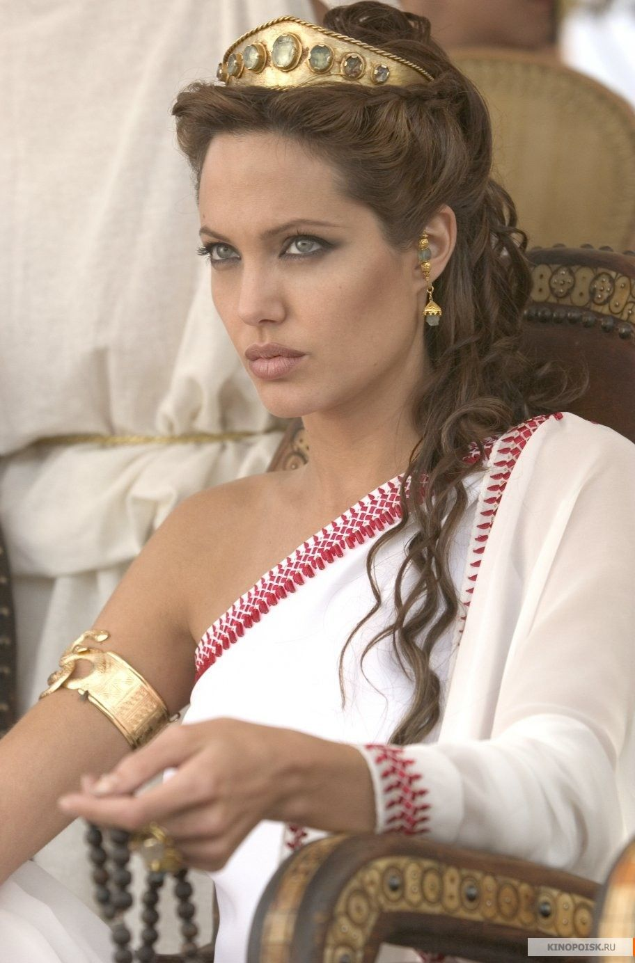 b45460b885cd Acconciature Dea Greca. Angelina Jolie ad Olympia in Alexander Capelli Per  Il Ballo Della Promozione