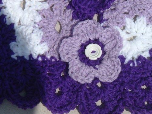 Este es uno de mis diseños de poncho original.  Patrón se enviará gratis por correo electrónico.  Tamaño 3 ~ 6 años ~ aproximado ya que tengo no se que modelo. Para tamaños más grandes por favor subir una o más en el ganchillo. Longitud ~ 18  Ancho ~ 22 a través de  Hilados de lana peinada de peso 4 oz de 3 colores diferentes  Crochet el gancho tamaño