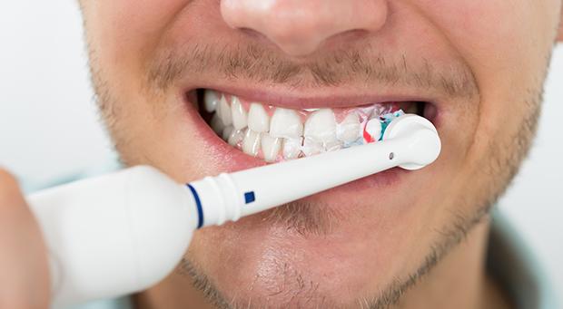 Kun syöpä löytyy, hammaslääkäri ja suun hyvinvointi saattavat tuntua toissijaisilta asioilta. Kuitenkin lääkkeet ja hoidot vaikuttavat infektioherkkyyteen ja limakalvoihin, jolloin suun terveys on erittäin tärkeässä asemassa.