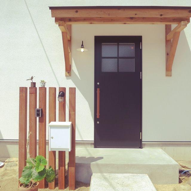 三角屋根と中庭の家 スチールドア ドア 玄関照明 玄関ドア などの