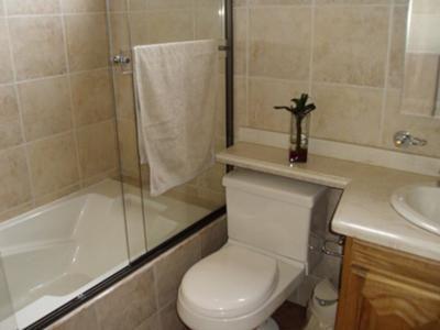 Ba os peque os con ducha y ba era buscar con google - Baneras para banos pequenos ...