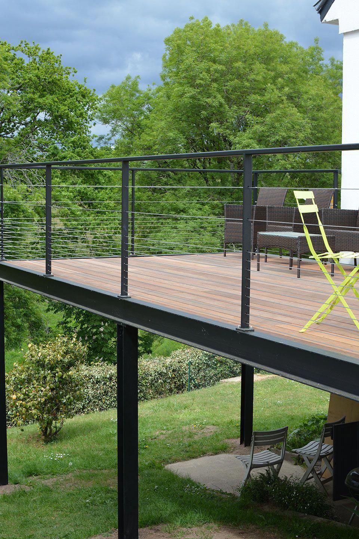 Vue de la terrasse en bois surélevée terminée pergola