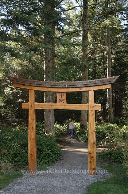 Entrance gate at the japanese gardens in dinner bay mayne for Japanese garden structures wood
