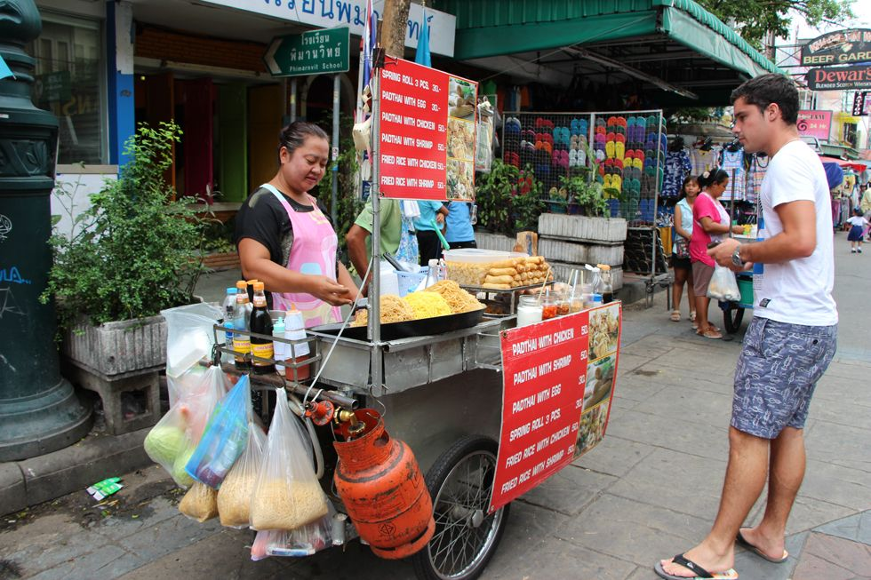 in Thailand staan er ook heel veel van die soort kraampjes op straat, daar kan je voor heel goedkoop eten halen. Ze maken het daar op straat meteen voor je klaar.