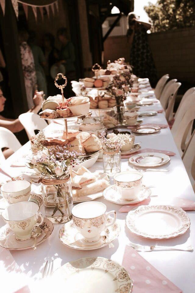 Een High tea in de tuin met dit lekkere weer!