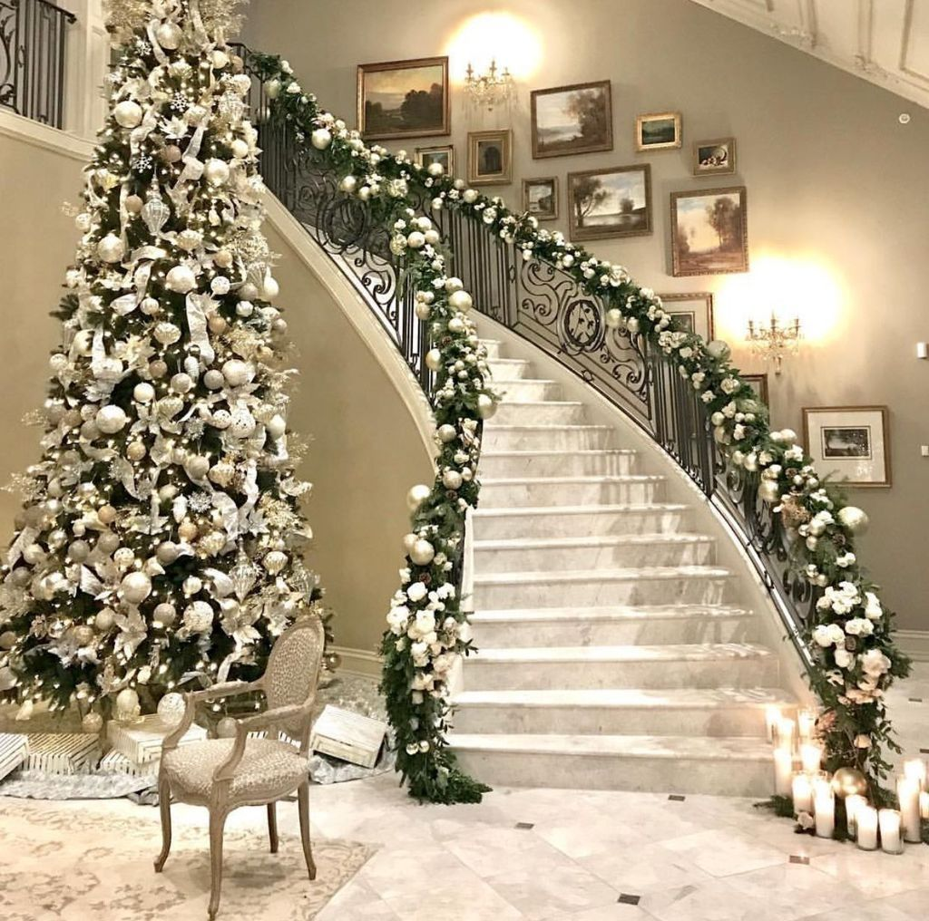20 Excellent Traditional Staircases Design Ideas: 20+ Stylish Christmas Staircase Decoration Ideas