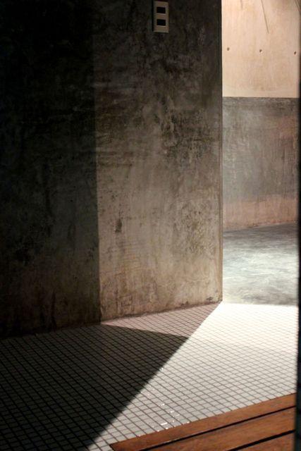 Casa T, El Viento piso, azulejos, concreto y madera