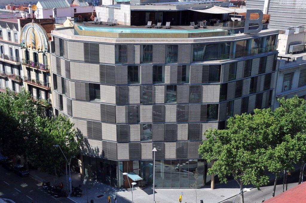 le b hotel barcelone vous propose une terrasse et sa piscine donnant une superbe vue sur la place despagne - Hotel Centre Barcelone Avec Piscine