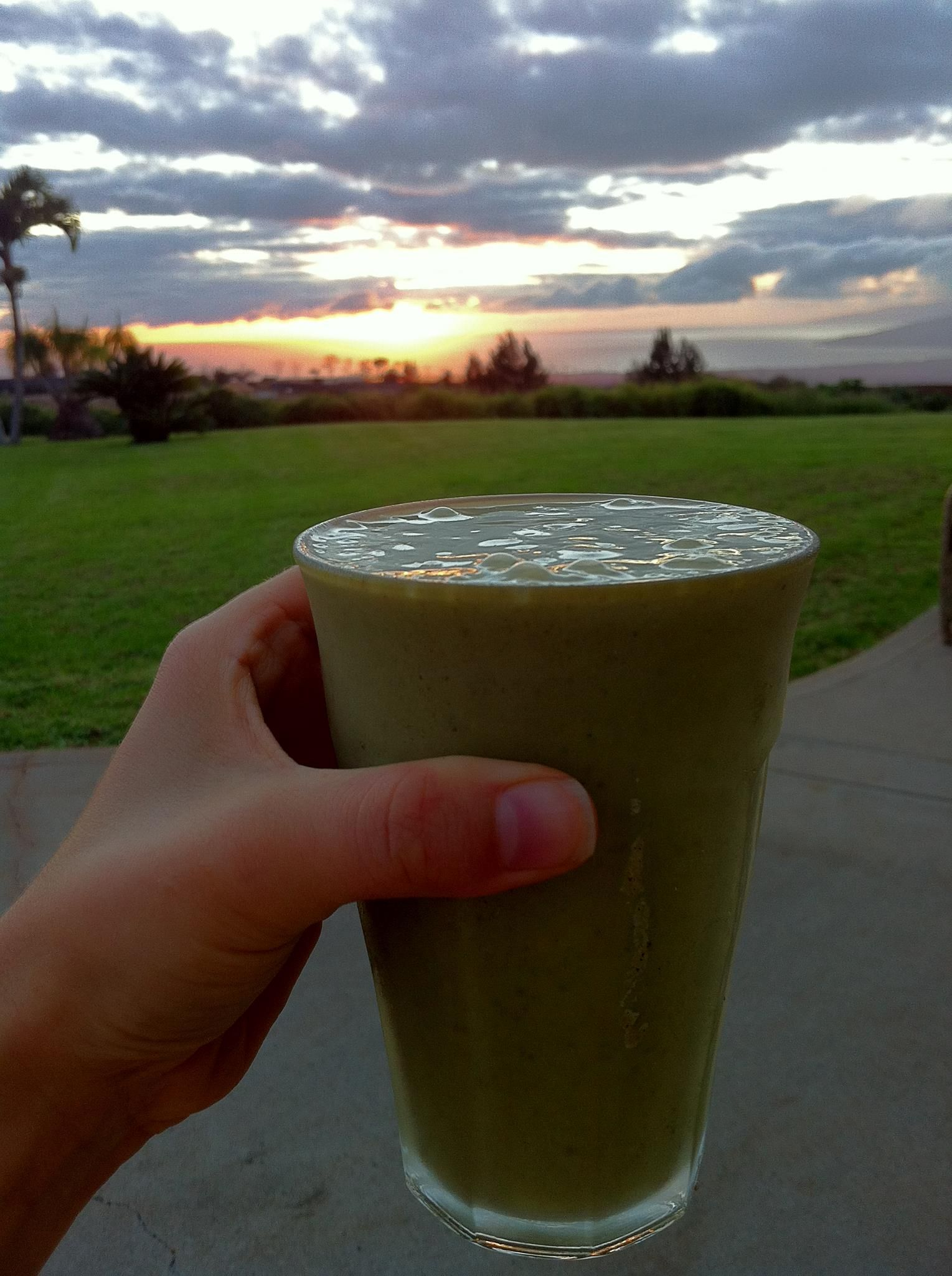 Sunset Matcha Lover Smoothie. Click here to see the full recipe - http://www.youngandraw.com/sunset-matcha-lover-smoothie/ #raw #vegan #smoothie #recipe