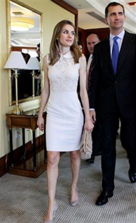 http://www.fashionassistance.net/2012/06/dna-letizia-visita-harvard-con-vestido.htmlFashion Assistance: Dña. Letizia visita Harvard con vestido blanco de Oky- Coky y rebeca de punto