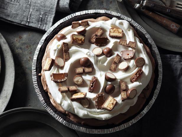 Frozen chokolademousse med stykker af forskellige chokolade-bar i, flødeskum og resten af chokoladebarene ovenpå...mums
