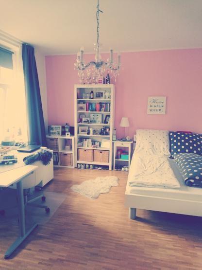sch ne wg zimmer einrichtung mit rosa wand und sch nem holzfu boden wg zimmer ideen f rs wg. Black Bedroom Furniture Sets. Home Design Ideas