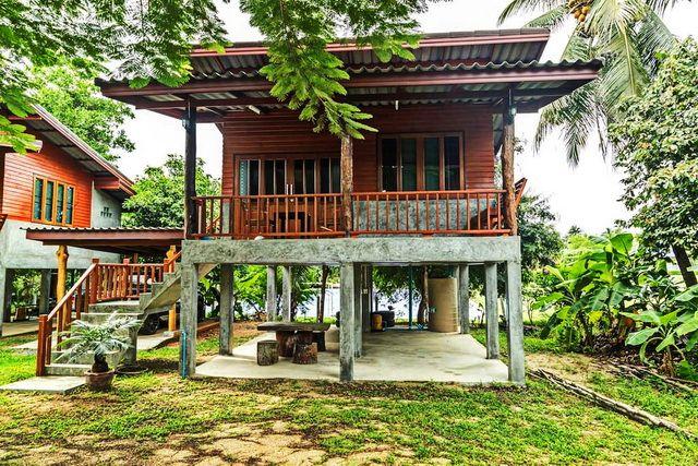 แบบบ านยกพ นม ใต ถ น หล งคาเพ งหมาแหงน ผสมผสานงานไม และป นเปล อย Naibann Com Bamboo House Design Village House Design House On Stilts